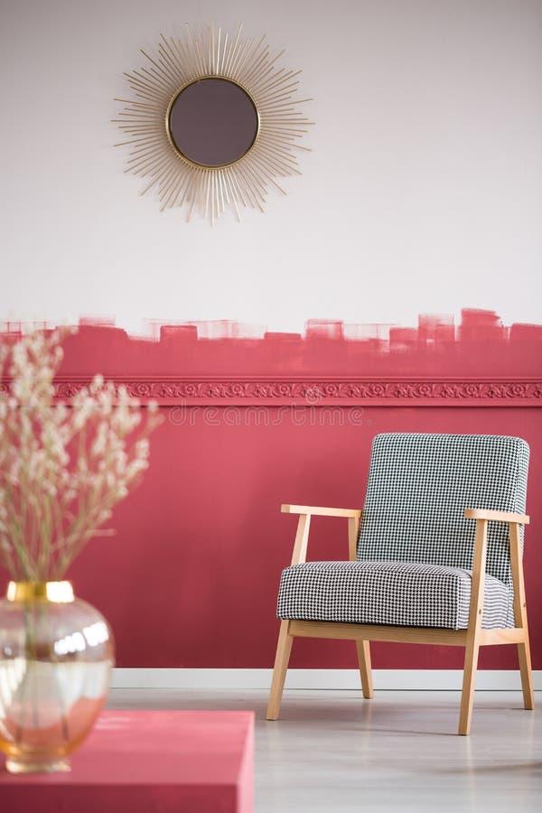 Poltrona retro elegante cinzenta no interior na moda da sala de visitas com parede do ombre fotos de stock royalty free
