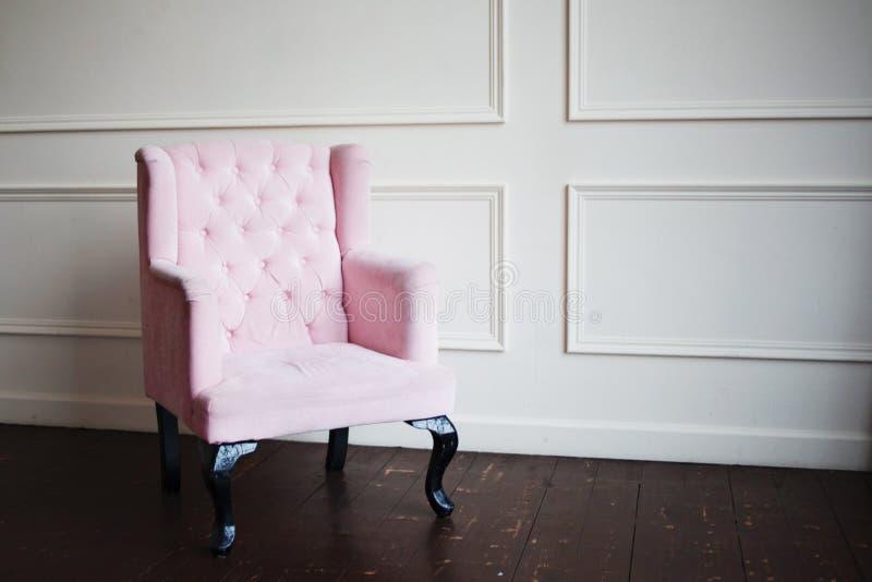 Poltrona rosa contro la parete Distorsione di prospettiva e spazio libero fotografie stock