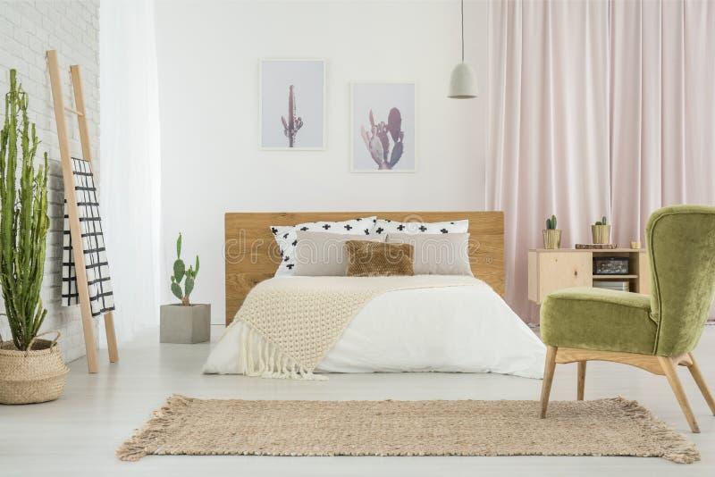 Poltrona verde in camera da letto accogliente immagine stock