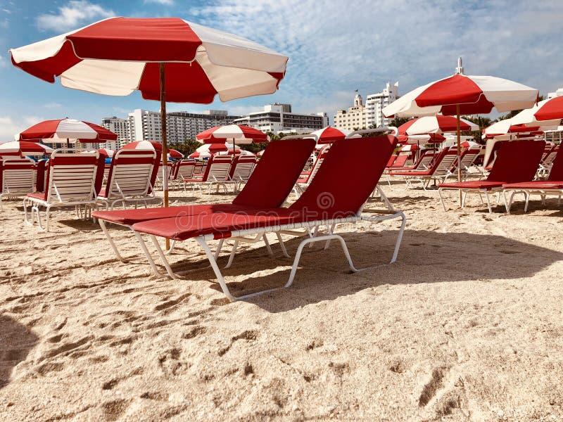 poltronas e parasóis em Miami Beach, Flórida, EUA fotografia de stock royalty free