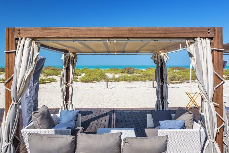 Poltronas em uma praia imagens de stock royalty free