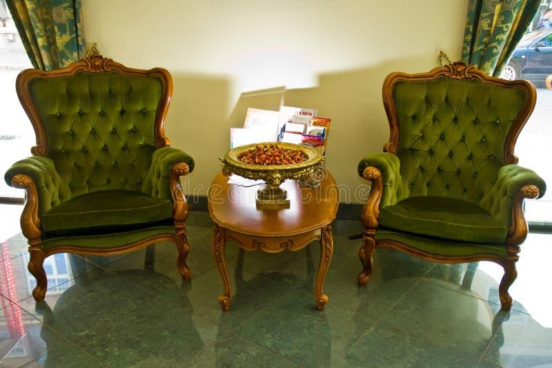 Poltronas na sala de estar do hotel fotos de stock