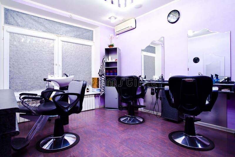 Poltronas no salão de beleza do hairdressing fotografia de stock