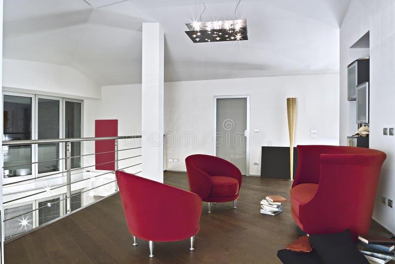 Poltronas vermelhas de veludo na sala de visitas moderna fotografia de stock royalty free