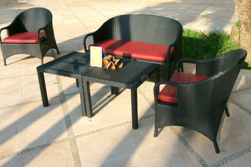 Poltrone e tavola di vimini mobili da giardino moderni lo for Mobilia spazio