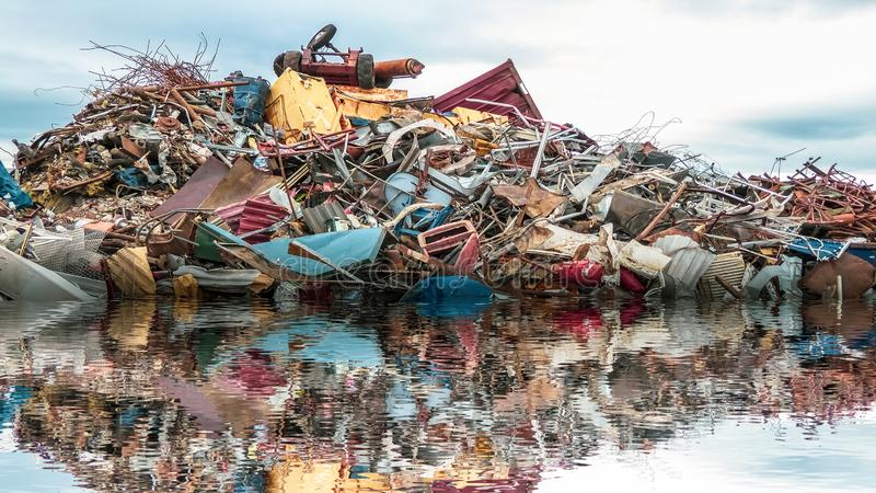 Poluição ambiental do mar Uma pilha de sucata, de gabage do metal e de plástico no oceano imagens de stock