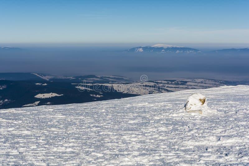Poluição atmosférica do inverno que atrasa-se sobre as planícies imagem de stock