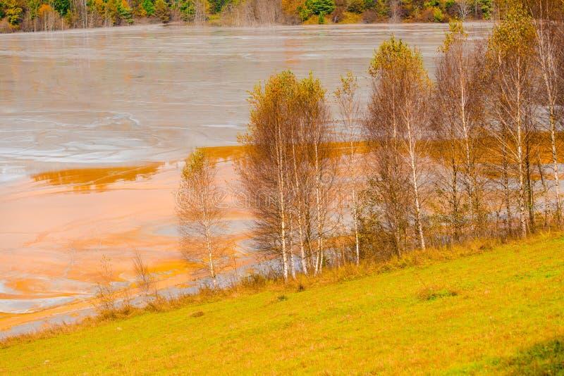 A poluição de água com ferro e a mina residual do tanoeiro minam, Romênia foto de stock
