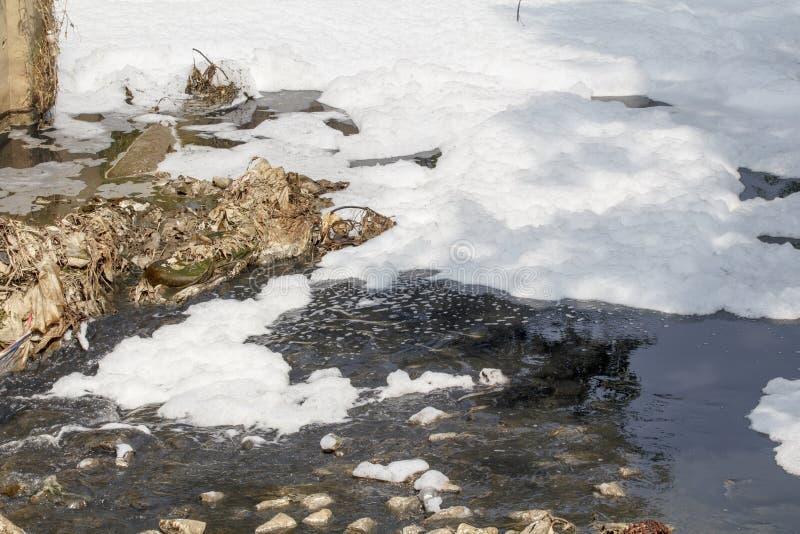 Poluição de água no canal imagens de stock