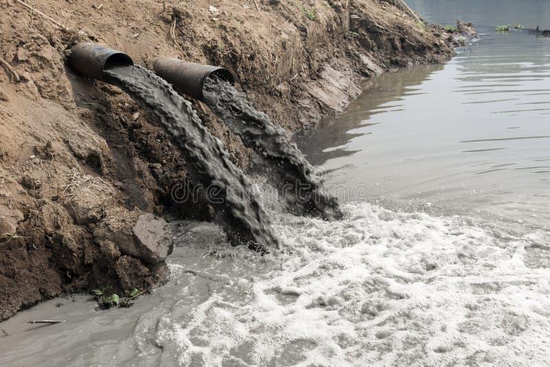 Poluição de água no rio foto de stock