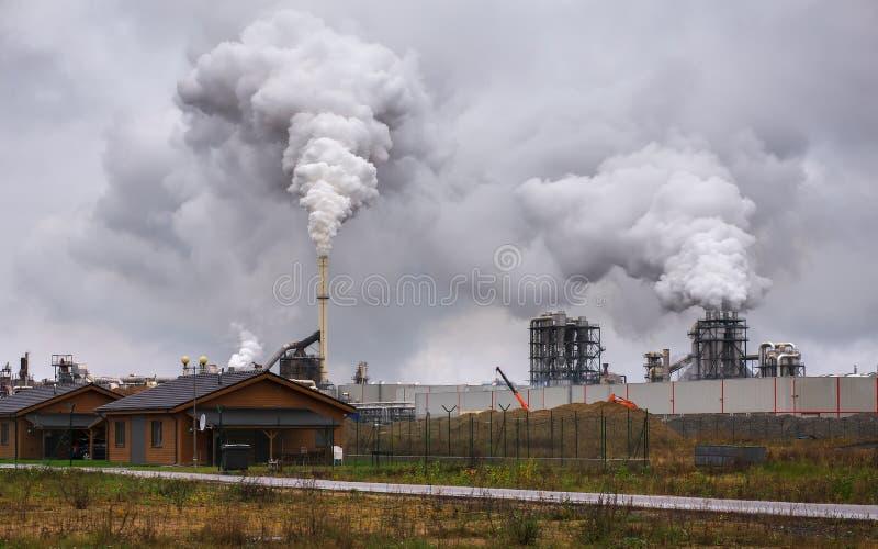 Poluição do ar atmosférica do fumo industrial fotografia de stock