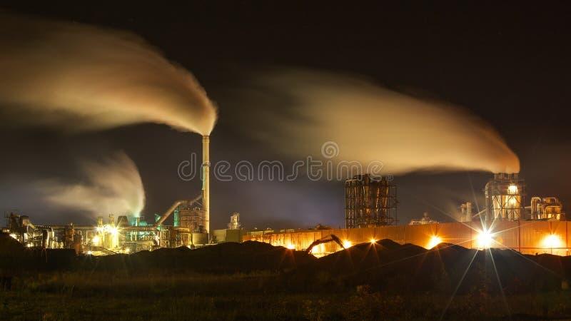 Poluição do ar atmosférica do fumo industrial foto de stock