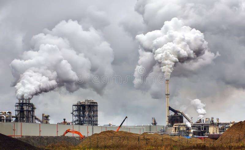 Poluição do ar atmosférica do fumo industrial agora fotografia de stock
