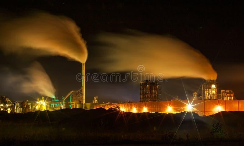 Poluição do ar atmosférica do fumo industrial agora foto de stock royalty free