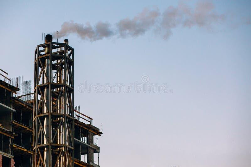 Poluição do ar atmosférica do fumo industrial a planta conduz a sagacidade foto de stock