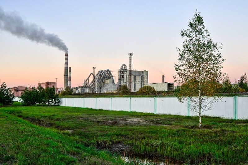 Poluição do ar atmosférico das chaminés das plantas fotos de stock royalty free