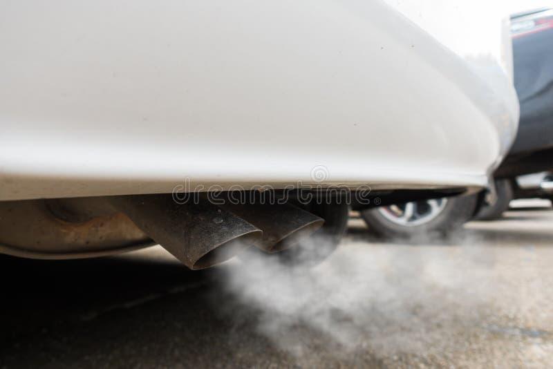 Poluição do ar da tubulação de exaustão do veículo foto de stock