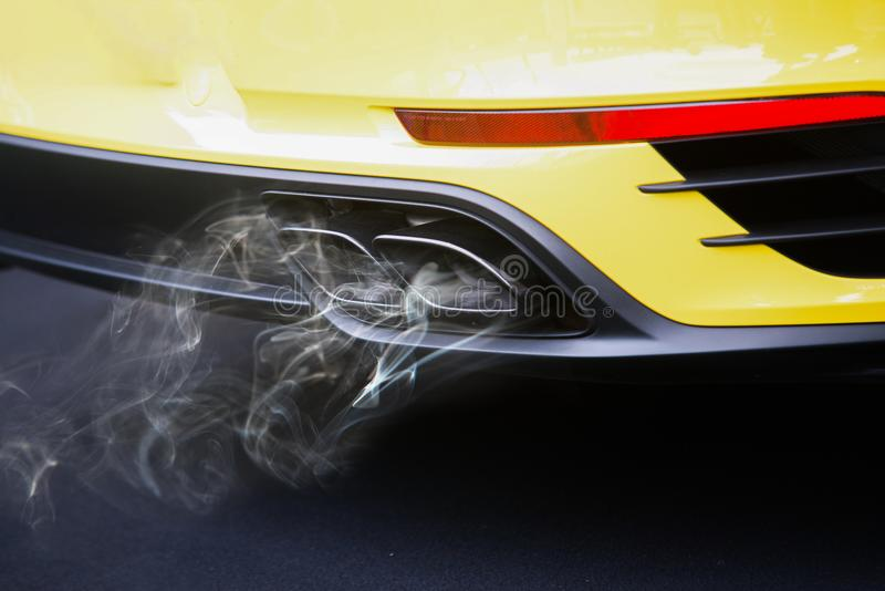 Poluição do ar da tubulação de exaustão do veículo na estrada imagens de stock royalty free