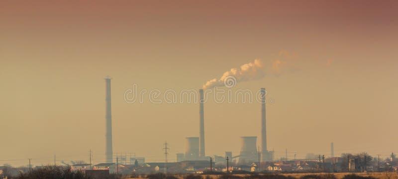 Poluição do ar das pilhas de fumo carvão-postas da planta imagem de stock