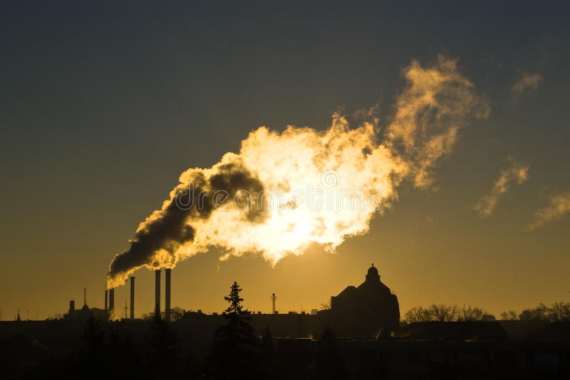 Poluição do ar pelo fumo industrial fotografia de stock royalty free