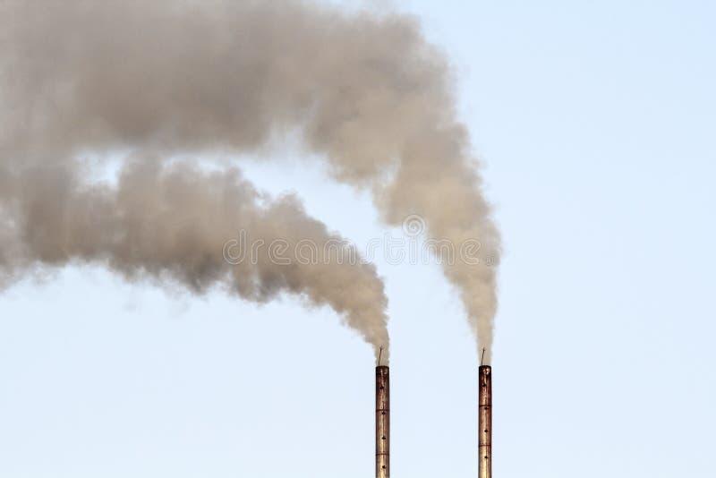 Poluição do ar pelo fumo que sai da fábrica fotos de stock royalty free