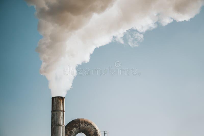 Poluição do ar pelo fumo que sai de chaminés da fábrica fotos de stock royalty free