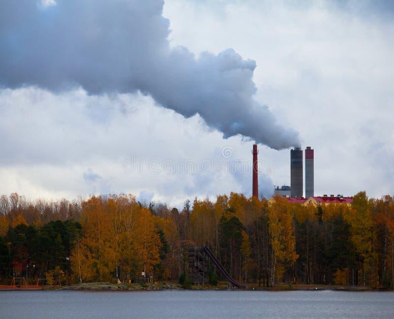 Poluição do ar pelo fumo que vem para fora fábrica c foto de stock royalty free