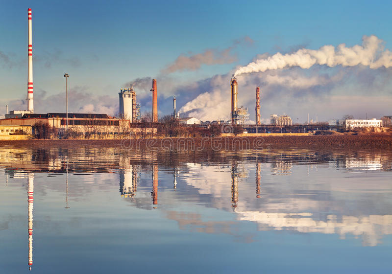 Poluição do ar que vem das pilhas de fumo da fábrica imagens de stock royalty free