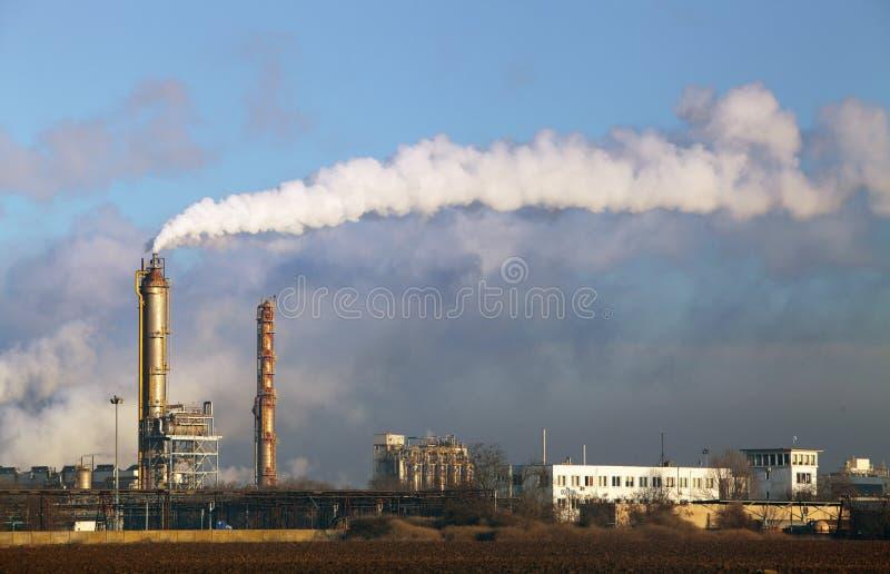 Poluição do ar que vem das pilhas de fumo da fábrica fotografia de stock