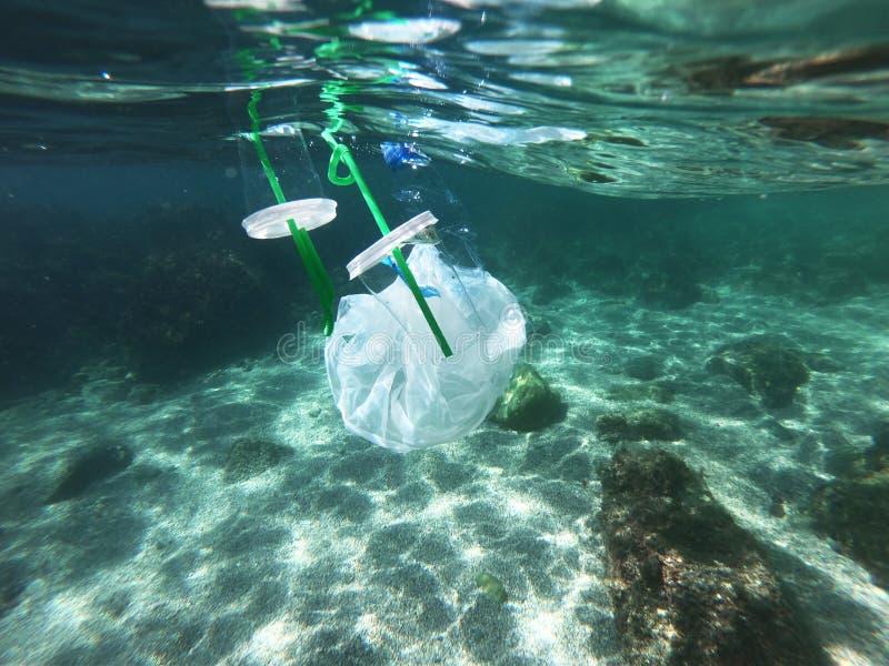 Poluição do oceano por sacos e garrafas de plástico foto de stock royalty free