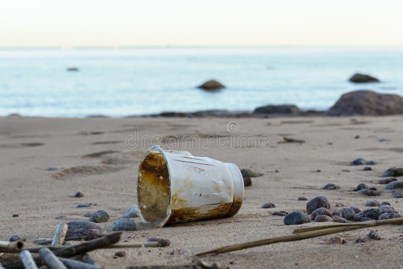 Poluição do planeta, lixo rejeitado na praia nenhuma reciclagem de desperdício dentro imagem de stock