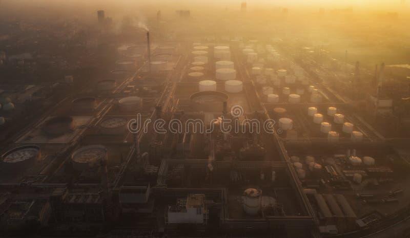 Poluição na refinaria de petróleo e na indústria química fotografia de stock