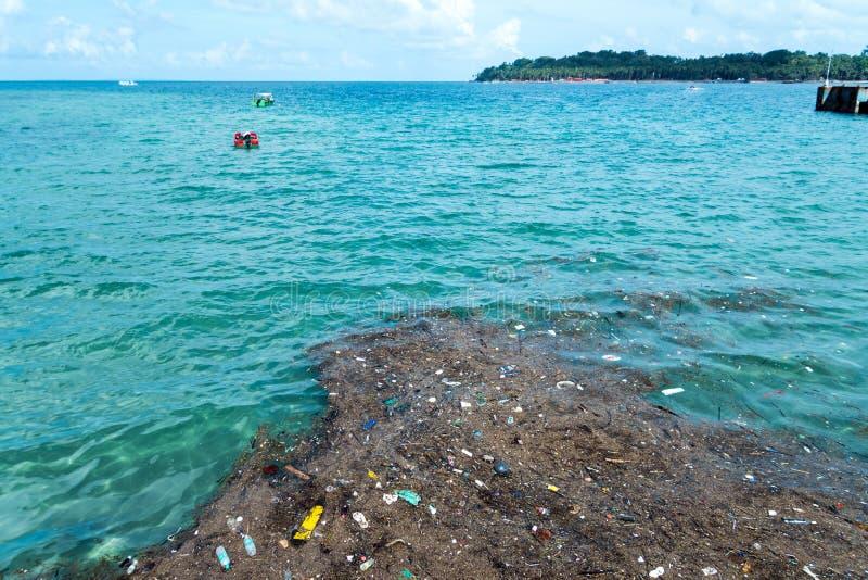Poluição plástica dos desperdícios no oceano foto de stock royalty free