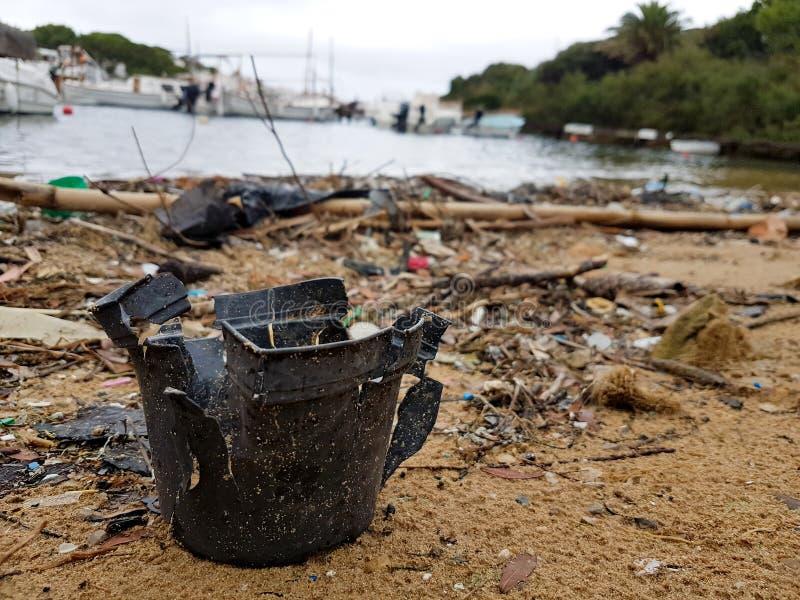 Poluição plástica em uma praia fotos de stock