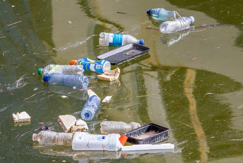 Poluição plástica na água imagens de stock