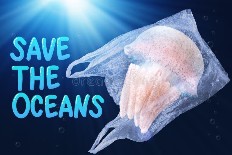 Poluição plástica no conceito do problema ambiental do oceano as medusa nadam dentro do saco de plástico que flutua no oceano imagem de stock