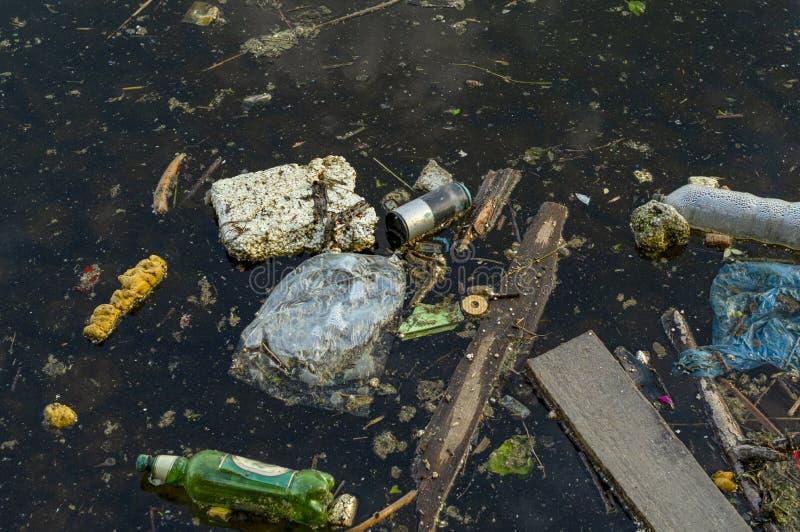 Poluição por garrafas plásticas Fotografia de uma lagoa poluída fotografia de stock