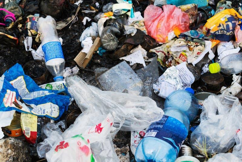 polui??o lixo despejado na natureza Sacos, garrafas plásticas e o outro lixo imagens de stock