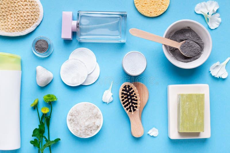 Polvere cosmetica casalinga dell'argilla e vari prodotti della stazione termale fotografia stock libera da diritti