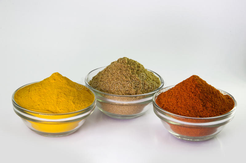 Polvere della polvere di peperoncini rossi, della polvere della curcuma & del coriandolo in ciotola immagini stock