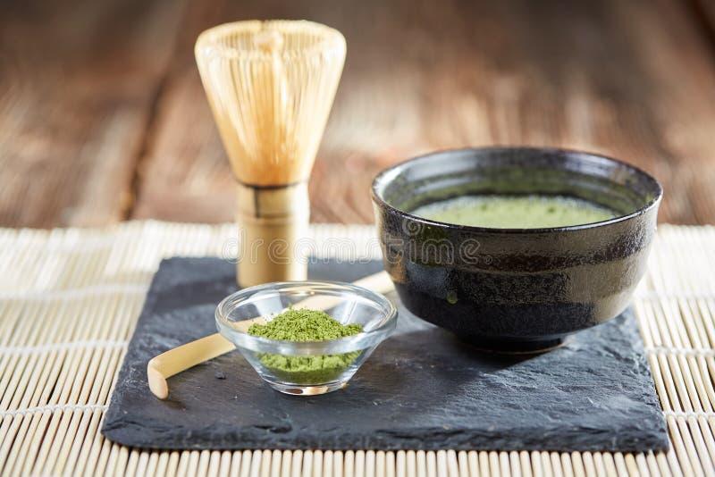 Polvere di matcha e preparazione verdi del tè immagine stock