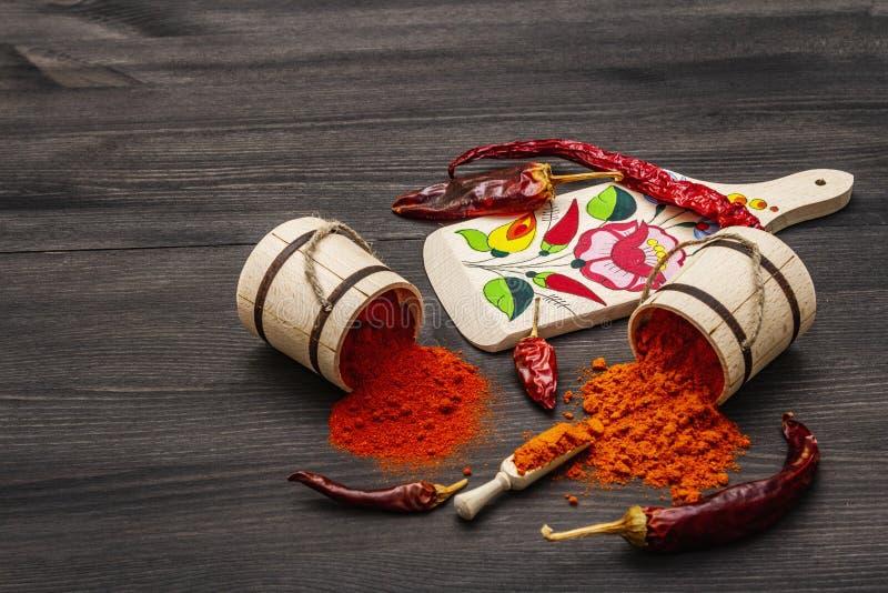 Polvere di paprica dolce rosso ungherese Magyar e di paprica calda Disegno tradizionale su una tavola da taglio, diverse varietà  immagini stock