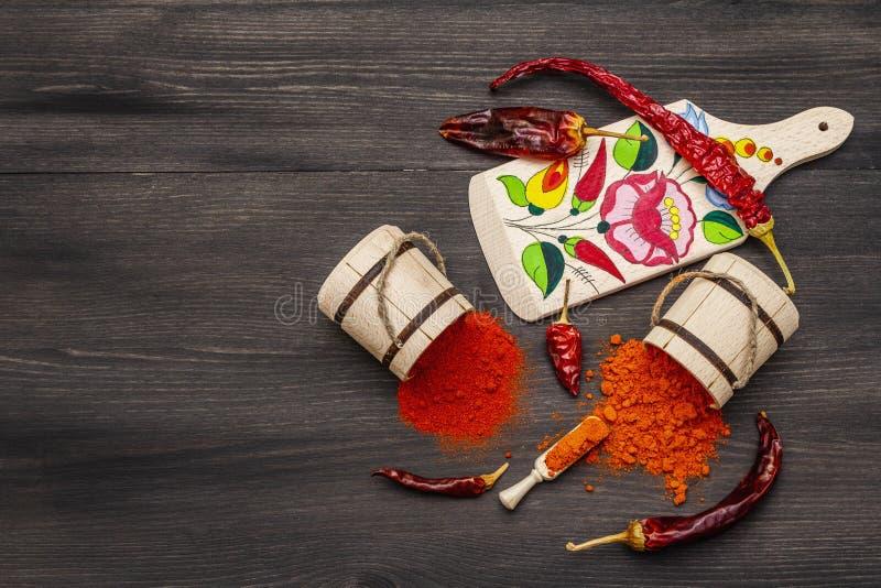 Polvere di paprica dolce rosso ungherese Magyar e di paprica calda Disegno tradizionale su una tavola da taglio, diverse varietà  fotografia stock
