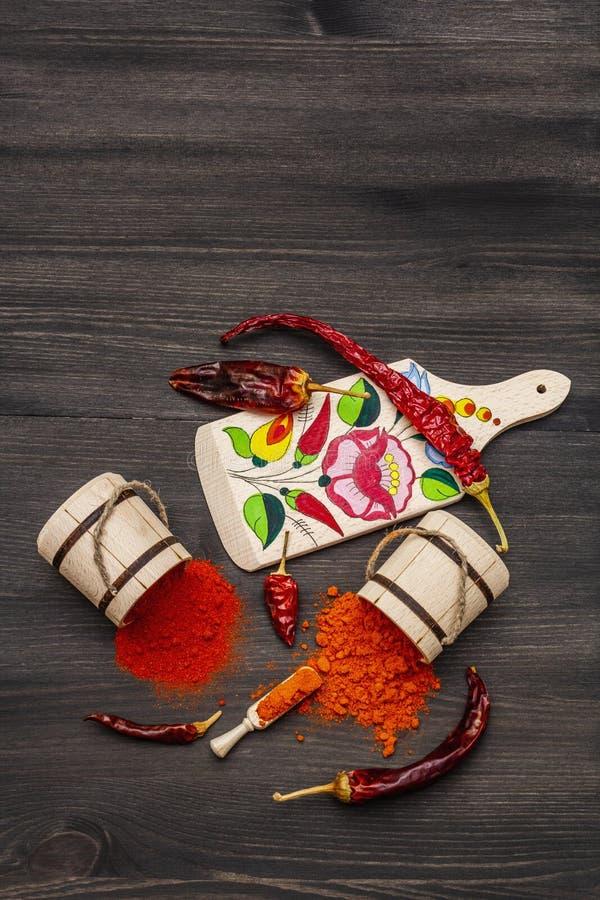 Polvere di paprica dolce rosso ungherese Magyar e di paprica calda Disegno tradizionale su una tavola da taglio, diverse varietà  immagini stock libere da diritti