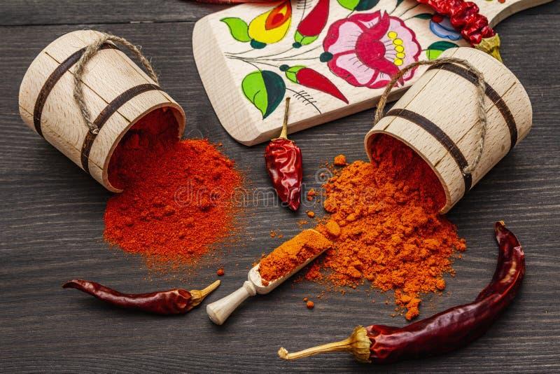 Polvere di paprica dolce rosso ungherese Magyar e di paprica calda Disegno tradizionale su una tavola da taglio, diverse varietà  fotografie stock