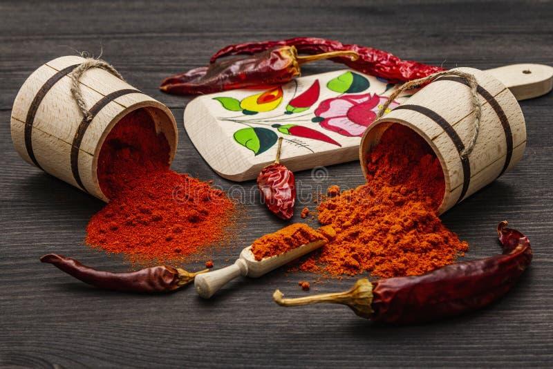 Polvere di paprica dolce rosso ungherese Magyar e di paprica calda Disegno tradizionale su una tavola da taglio, diverse varietà  fotografia stock libera da diritti