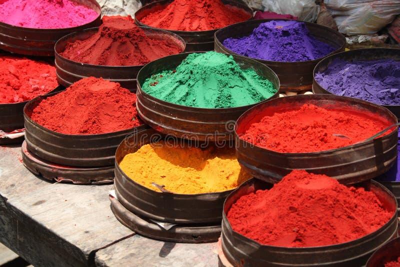 Polveri di colore in un negozio fotografia stock libera da diritti