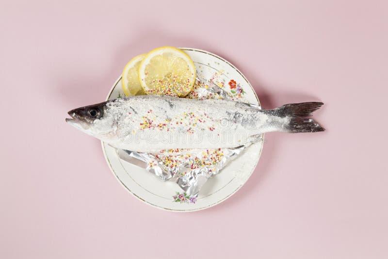 Polvilha o rosa da placa da flor do meuniere dos peixes imagens de stock