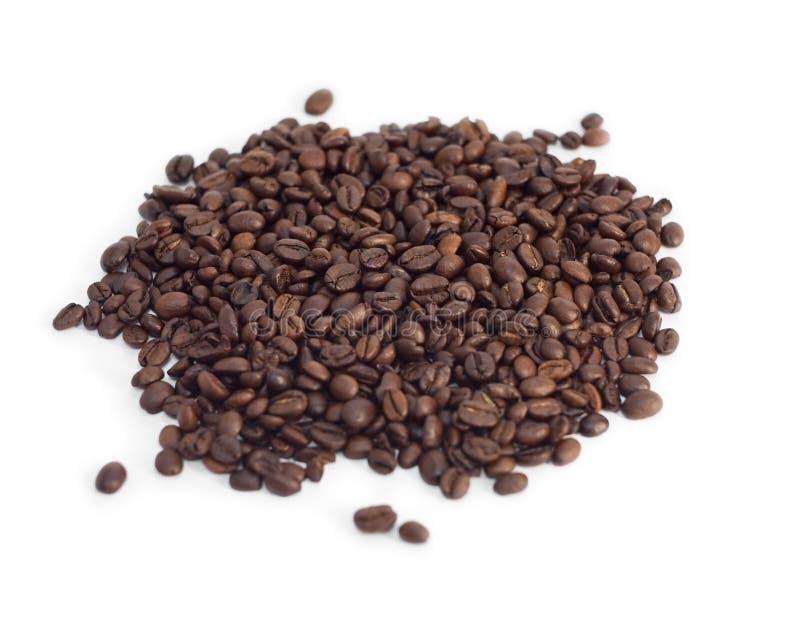 Polvilhe dos feijões de café no branco imagem de stock