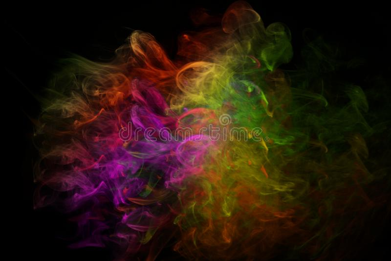 Polvo colorido lanzado, en fondo negro fotos de archivo
